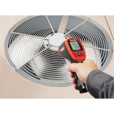 Thermomètre infrarouge sans contact micro IR-100 en action